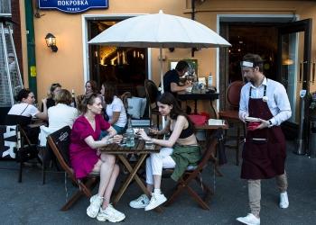 Ресторанам и кафе в Москве рекомендуют закрыть летние веранды из-за грозы