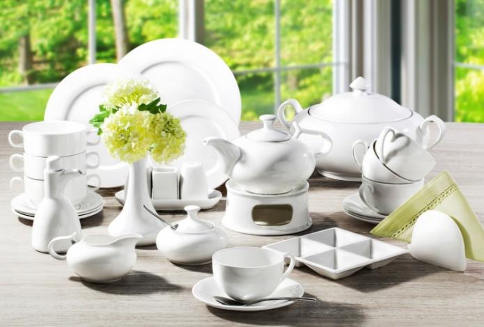 Сервировка стола с белой посудой